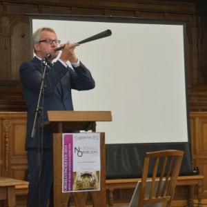 Commissaris van de Koning Han Polman geeft het startsignaal.